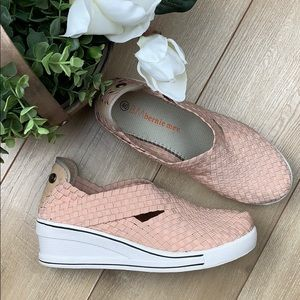 Bernie mev. Woman's casual wedge pink shoes